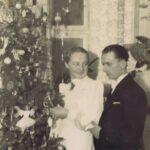 Fotografia pary przy świątecznej choince.