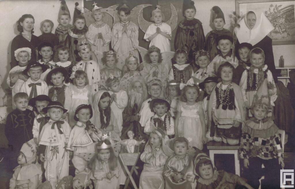 Duża grupa dzieci w karnawałowych strojach. Przedszkole prowadzone przez zakonnice. Szczakowa, 1943 rok