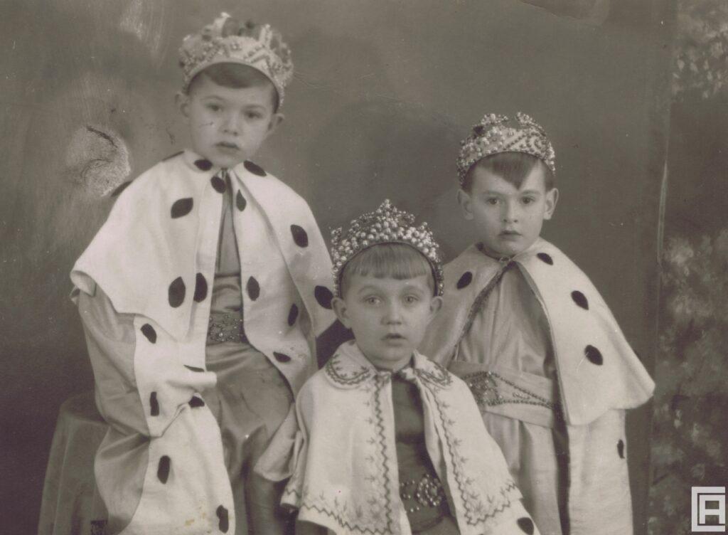 Trzech małych chłopców przebranych za Trzech Króli