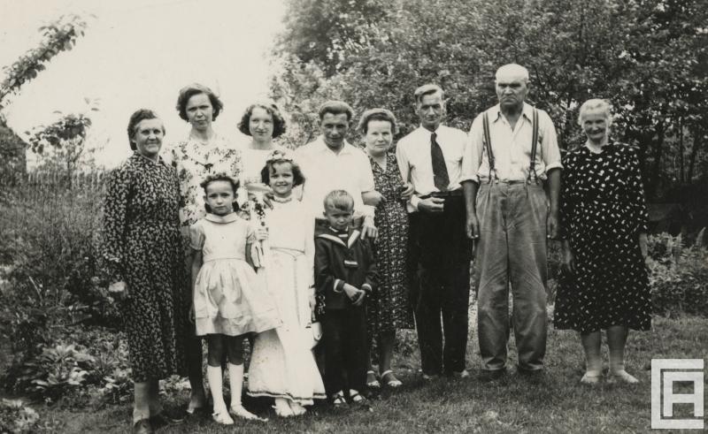 Zdjęcie rodziny wielopokoleniowej: rodzice, dziadkowie, rodzeństwo.