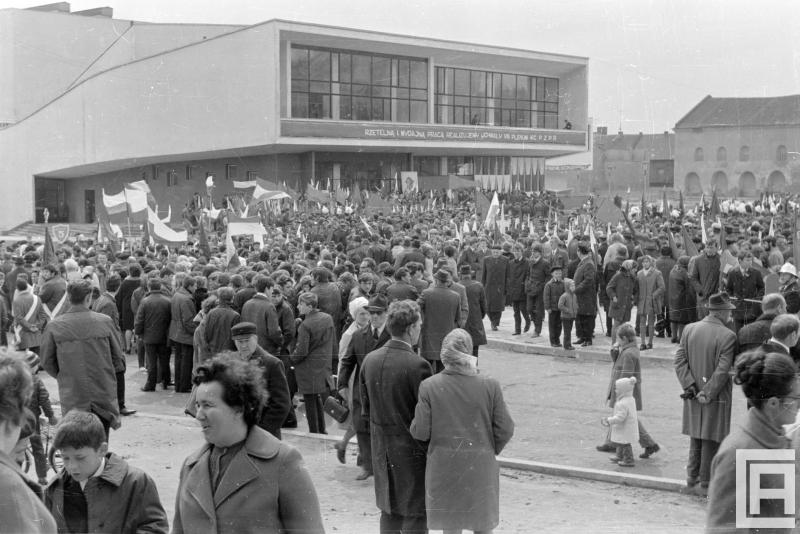 Tłum ludzi przed Domem Kultury. Z prawej widoczna ściana boczna synagogi.