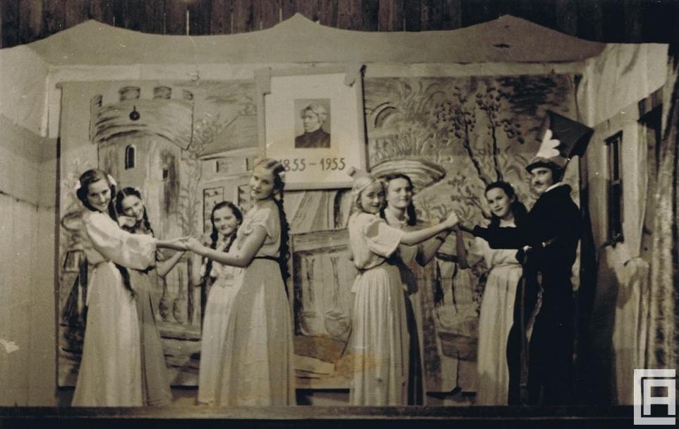 Aktorzy - uczniowie szkoły podstawowej, tańczą na scenie w Domu Ludowym w Płazie.