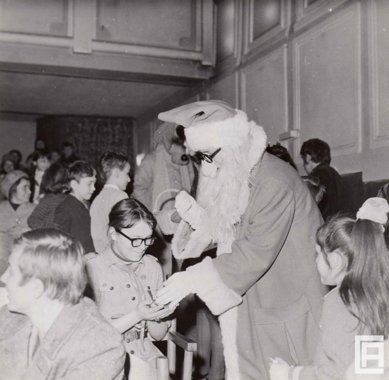 Dziadek Mróz w zakładowym domu kultury w Fabloku rozdaje prezenty widowni. Zdjęcie z 1973 roku.