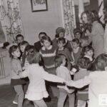 Dzieci tańczą w kółeczku