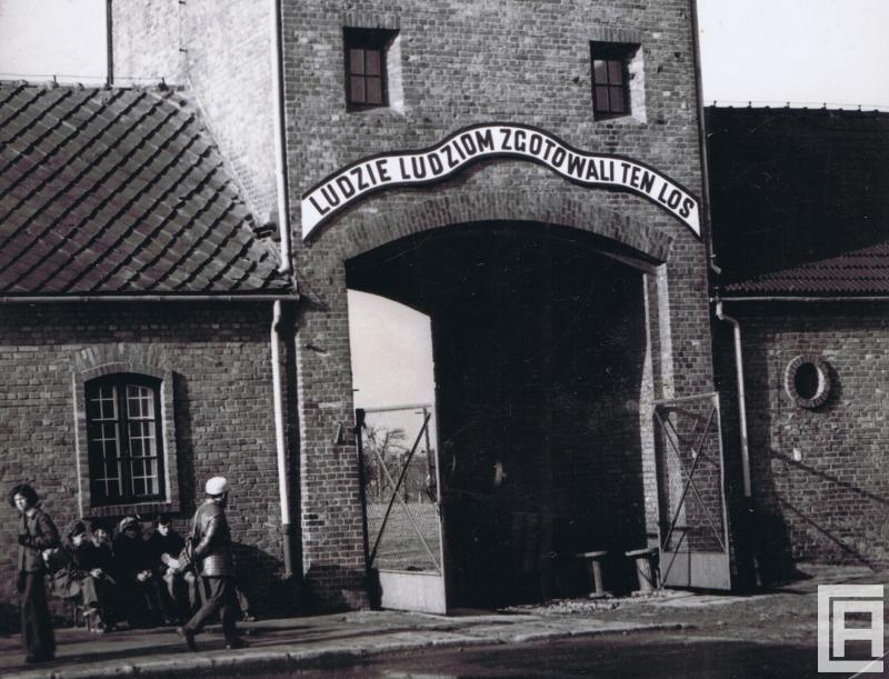 Brama w wieży wartowniczej w Auschwitz II-Birkenau.