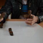 Mężczyzna składa zabawkę, dopasowuje element 1-3, pokazuje 4.
