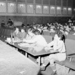 Przed sceną kinową ustawiono stoliki dla pięciu jurorów, którzy oceniają występy. W tle widoczny kamerzysta z pomocnikiem.