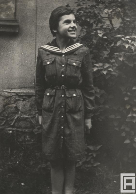Młoda dziewczyna w mundurze harcerskim.