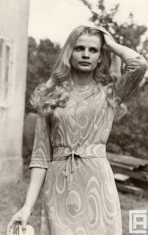 Fotografia przedstawiająca kobietę przeczesującą włosy dłonią.