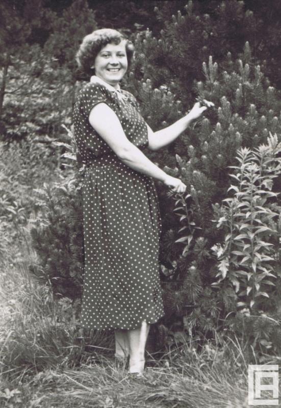Fotografia przedstawiająca kobietę wśród zieleni.