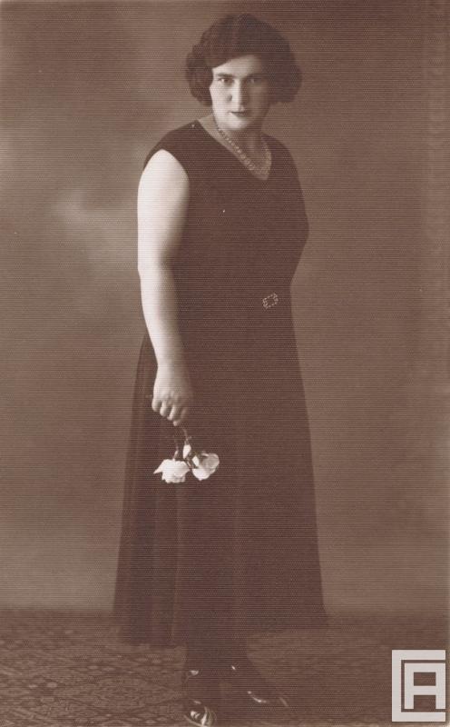 Stylizowana fotografia przedstawiająca kobietę z różami w ręku.
