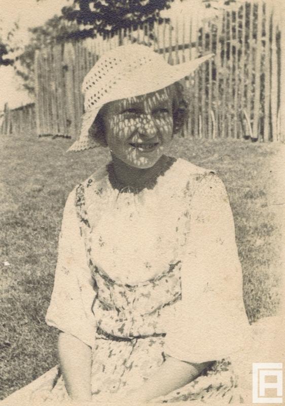 Fotografia przedstawiająca kobietę w ażurowym kapeluszu.