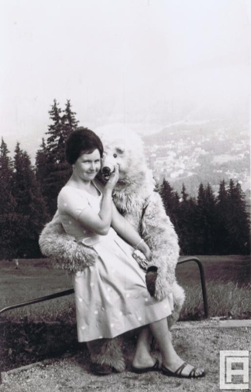 Fotografia przedstawiająca kobietę pozującą do zdjęcia z białym misiem.