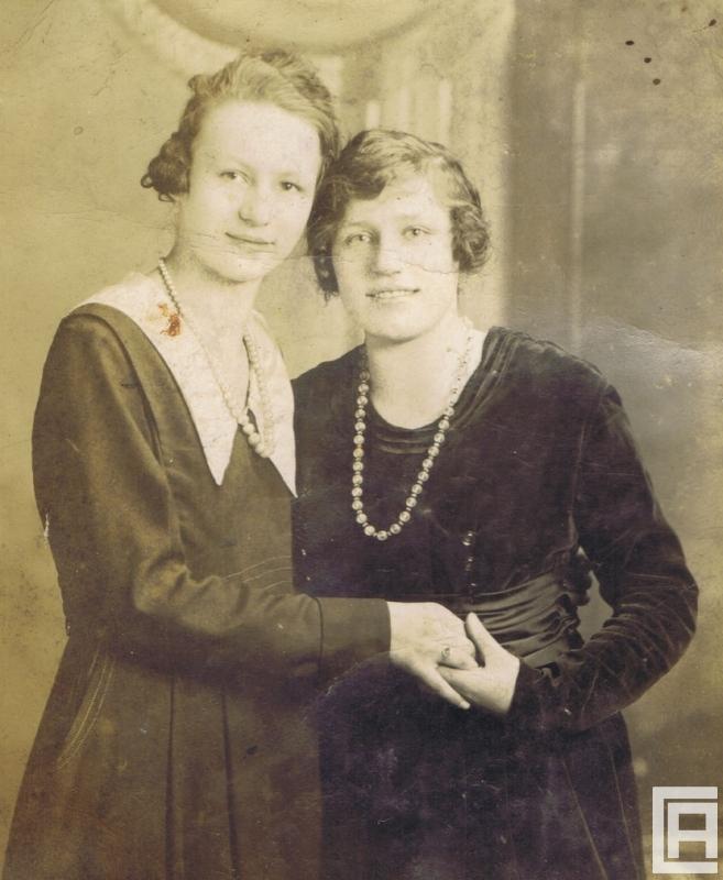 Fotografia przedstawiająca dwie kobiety pozujące w koralach.