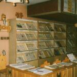 Fotografia przedstawia ekspozytory z gazetami w czytelni.