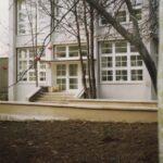 Fotografia przedstawia wejście do budynku biblioteki.