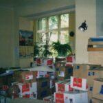 Fotografia przedstawia wiele zaklejonych kartonowych pudeł.
