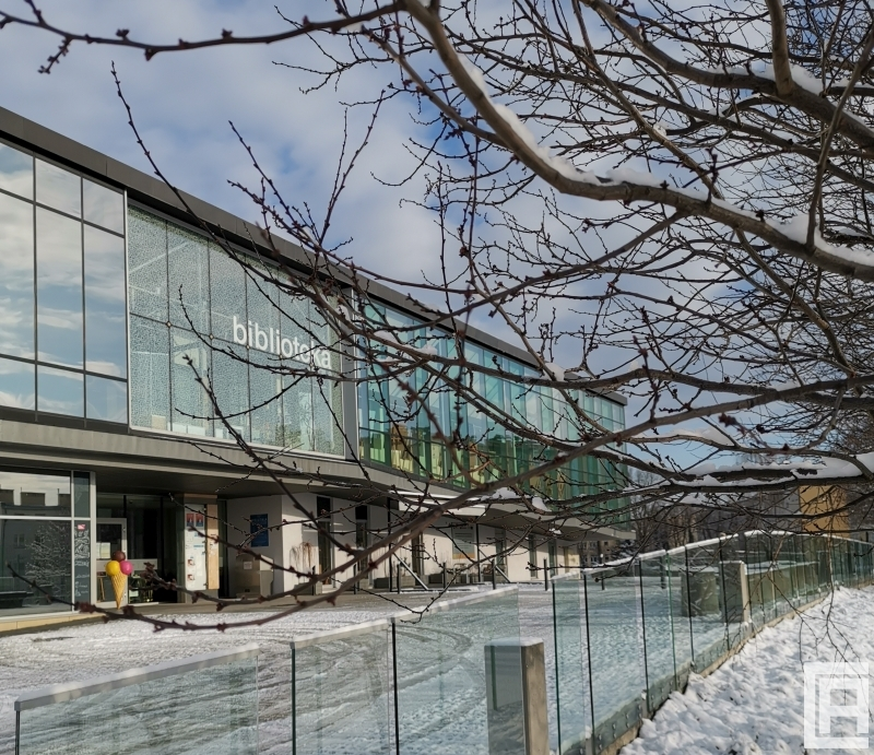 Fotografia przedstawia budynek biblioteki w Chrzanowie. Zdjęcie wykonano w 2020 roku zimową porą.