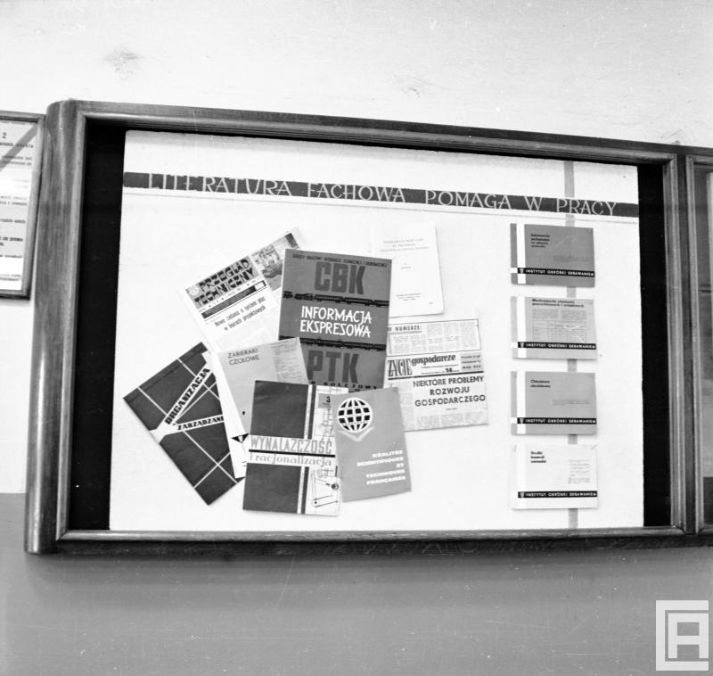 Fotografia przedstawia tablicę z czasopismami i ulotkami.