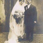 Fotografia przedstawia parę młodą pozującą do zdjęcia w studio.