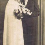 Fotografia przedstawia parę młodą pozującą do zdjęcia w atelier.