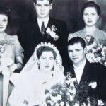 Fotografia przedstawia młodą parę pozującą do zdjęcia wraz z dwoma innymi parami - prawdopodobnie świadkami.