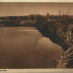 Fotografia przedstawia zbiornik wodny w zalanym kamieniołomie. Na brzegach widoczne ściany dolomitu.