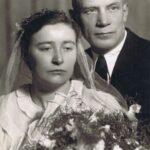 Fotografia przedstawia parę młodą pozującą do zdjęcia w atelier - portret.