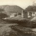 Fotografia przedstawia murowane pozostałości po budynku.